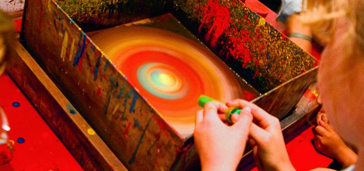 Farbe auf ein sich drehendes Stück Papier träufeln – so entstehen spannende Kunstwerke.Foto: kek