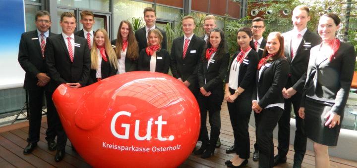 Der Vorstandsvorsitzende Ulrich Messerschmidt (l.) und Ausbildungsleiterin Andrea Schünemann (r.) begrüßten die 13 neuen Auszubildende der Kreissparkasse Osterholz. Foto: Bosse