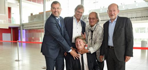 Für Quatsch zu haben: Matthias Höllings (unten). Peter Rengel, Claus Kleyboldt, Jörg Sonntag und Hans Peter Schneider (v.l.) rechnen mit dem scheidenden Pressesprecher ab.Fotos: Schlie