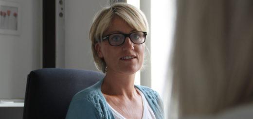 Christine Meyer-Adolf ist Arbeitsvermittlerin bei der Jugendberufsagentur Bremen-Nord. Bis zu zehn junge Kunden beraten sie und ihre Mitarbeiter täglich.Foto: Füller