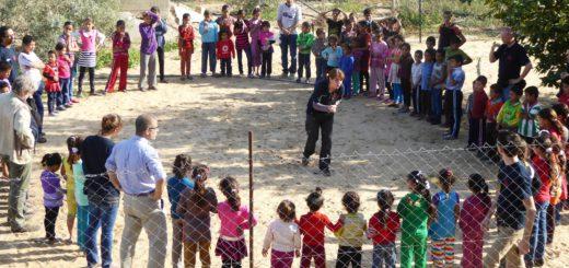 Minka Görzel-Straube bei der Arbeit mit den Kindern (linkes Bild, die Aufnahme entstand in Gaza). Kinder im Nordirak beim Jonglieren. Fotos: Freunde der Erziehungskunst Rudolf Steiners