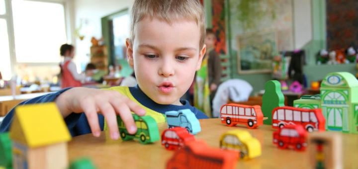 Kind spielt im Kindergarten. Foto: Flickr / Lucélia Ribeiro