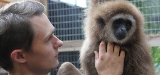 Tierpfleger Philipp Kleppe mit Knuppy. Foto: pv