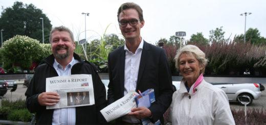 Jens Erdmann (SPD) und Kristian Willem Tangermann (CDU), auf unserem Foto zusammen mit der ehemaligen Oberbürgermeisterin Frankfurts, Petra Roth (v.l.), gehen in die Stichwahl ums Bürgermeisteramt in Lilienthal. Foto: Duwe