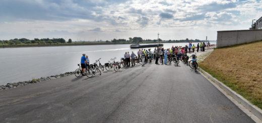 Rund 50 Radler, darunter Gästeführer, Mitglieder des ADFC und Bürgermeisterin Regina Neuke, weihten die neue Strecke mit ihren Zweirädern ein. Foto: Konczak