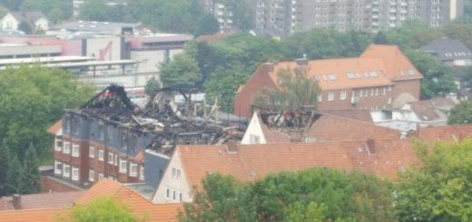 Blick vom City-Center auf das ausgebrannte Dach des Krankenhauses an der Westerstraße.Foto: Eckert