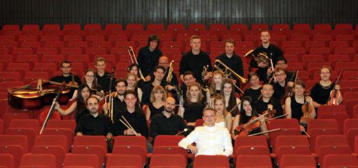 Unter der Leitung von Adrian Rusnak (vorne) hat sich das Städtische Orchester Delmenhorst firmiert. Foto: Eckert