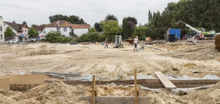 Dort wo einst Häuser standen, ist nur noch plattes Land zu sehen. Nach dem Abriss sind die Erdarbeiten für die neue Drogerie-Filiale in vollem Gang. Foto: Meyer