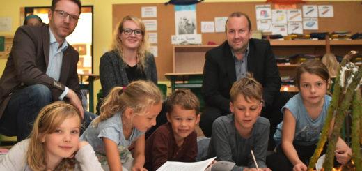 Auch Dank der Sponsoren (hinten) kann das generationsübergreifende Schreib- und Buchprojekt an der Grundschule Lange Straße durchgeführt werden. Foto: Konczak