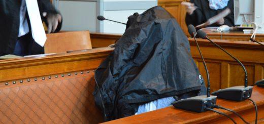 Der Angeklagte verhüllte sich zu Beginn der Mordverhandlung unter einer schwarzen Jacke. Foto: Sieler