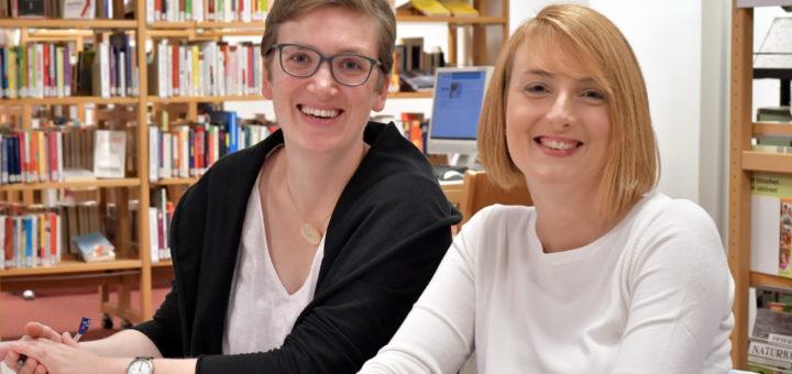 Ulrike Schönherr (links) übernimmt am 1. Oktober den Kinder- und Jugendbereich in der Stadtbücherei. Anika Schmidt hat seit Monatsanfang die Leitung der Bibliothek inne. Foto: Konczak