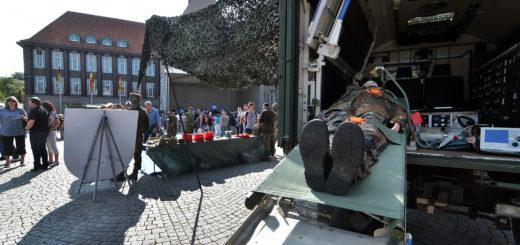 Mit einer Fahrzeugschau und Ständen rund ums Rathaus informierte die Bundeswehr über ihre Arbeit.Foto: Konczak