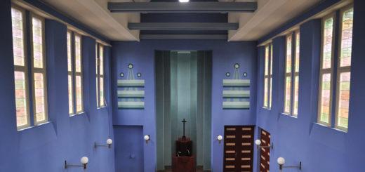 Der Innenraum der Kapelle trägt einen ultramarinblauen Anstrich. Die Wand neben dem Chor ist mit Sternen und Strahlen bemalt. Foto: Konczak