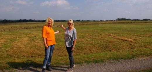 Wallhecken und viel Grün: Projektleiterin Sandra Berner (links) und Bürgermeisterin Alice Gerken auf dem 33 Hektar großen Gelände der Deponie Bookholzberg. Foto: kh