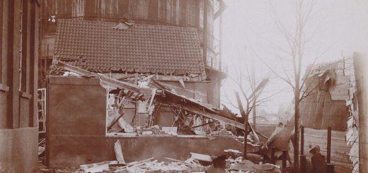Seitenansicht des zerstörten technischen Büros. Im Hintergrund ist einer der Gasbehälter zu sehen. Foto: Stadtarchiv Delmenhorst