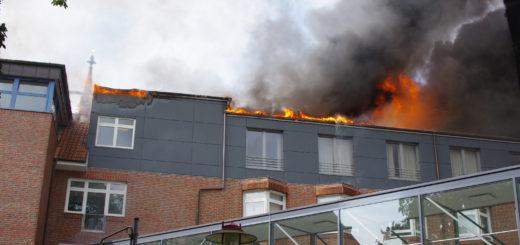 Rauchsäule und Flammen über dem Josef-Hospital Mitte in Delmenhorst. Foto: gri