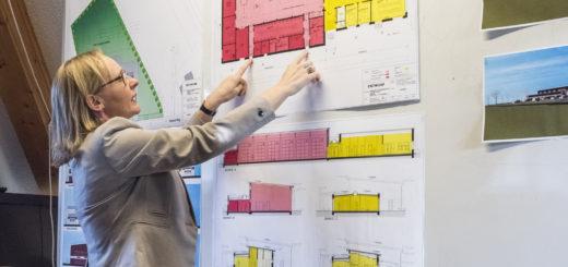 Architektin Andrea Vennebörger erläuterte im Ortsrat Hasbergen die Pläne für den Neubau des Feuerwehrhauses in Hasbergen. Foto: Meyer