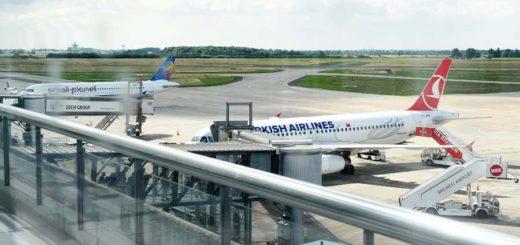 Flieger in die Türkei auf dem Vorfeld des Flughafens. Foto: Schlie
