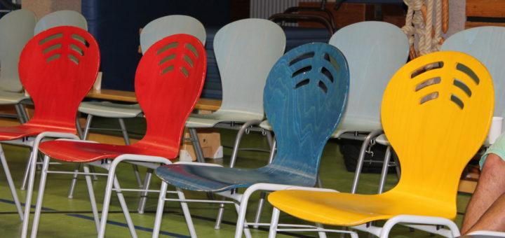 """Leere Stühle in der Turnhalle der Roland-zu-Bremen-Oberschule in Huchting. Diskutiert werden sollte beim """"Forum Ankommen"""" über die Gefühle zu dem neuen Wohnheim für jugendliche Flüchtlinge im Landgraf - doch viele Gegner verließen die Diskussion, bevor sie richtig anfangen konnte. minderjährige Flüchtlinge Jugendliche"""
