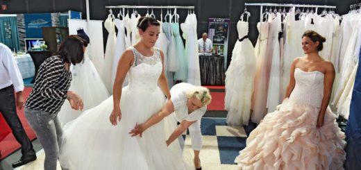 Brautkleider auf der Hanselife probieren. Foto: Schlie