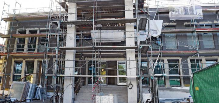 """Das ehemalige """"Hotel zum Landgraf"""" in Bremen Huchting an der Grenze zu Delmenhorst wird derzeit (September 2016) umgerüstet zu einer Unterkunft für unbegleitete minderjährige Flüchtlinge. Die ersten 44 Jungs aus Syrien, Afghanistan, und anderen Ländern sind in der oberen Etage bereits eingezogen, ab Oktober sollen weitere 44 folgen. Flüchtlingsheim Flüchtlingsunterkunft Umbau Landgraf Foto: Schlie"""