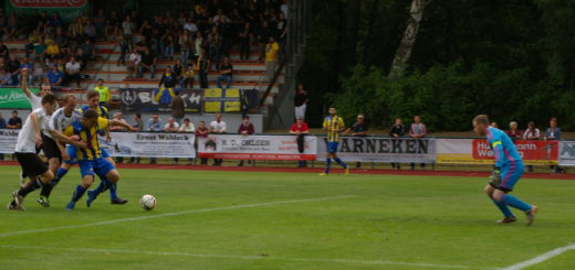 Torjäger Dominik Entelmann war im Anschluss an eine Ecke nicht zu halten und stocherte den Ball am Voxtruper Torwart Marco Zachmann vorbei zum 1:0 für Atlas ins Netz.Foto: Lürssen