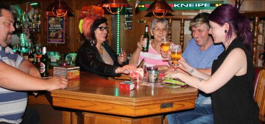 Die Mini-Kneipe in Huchting wird 50. Wirtin Antonia Liese mit ihren Gästen und der alten Tresenkraft Renate Voezke. Die Kneipe in Huchting ist eine typische Stammkneipe und feiert ihr Jubiläum mit vielen alten und neuen Gästen. Gaststätte Huchting Geschichte Bier trinken