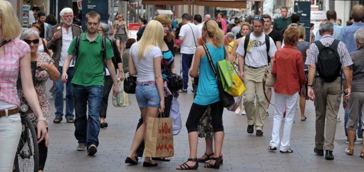 Besucher in der Bremer Innenstdat. Foto: Schlie
