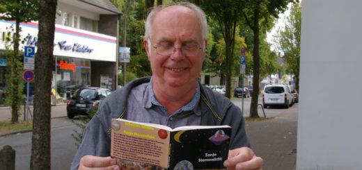 Johannes Schütte mit dem ersten Teil seiner Kinderbuchreihe um die junge Heldin Tanja Sternenlicht.Foto: Lürssen