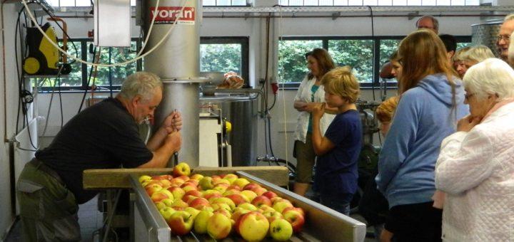 Die neue Apfelmosterei zog beim Tag der offenen Tür zahlreiche interessierte Besucher an. Foto: Bosse