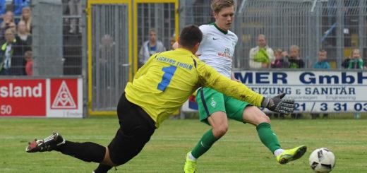Fünf Tore beim Testspiel gegen Kickers Emden: Werder-Stürmer Aron Johannsson (r.) kommt immer besser in Form. Foto: Nordphoto