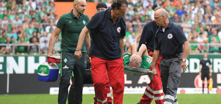 Werders Verteidiger Luca Caldirola muss in der Schlussphase verletzt vom Platz getragen werden. Foto: Nordphoto