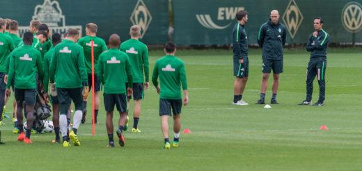 Die Werder-Profis treten zum Training an. Interims-Coach Alexander Nouri (r.) berät sich mit seinem Assistenten Florian Bruns (3.v.r) und Torwartrainer Christian Vander. Foto: Nordphoto