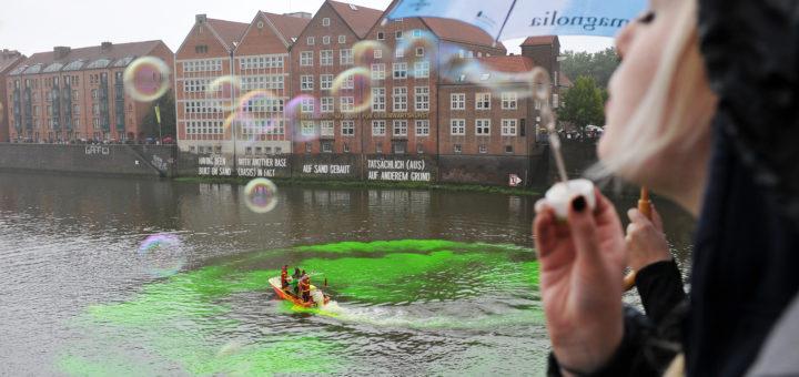 """Zum 20. Jubiläum der Weserburg färbte der Künstler Nicolás Uriburu die Weser grün. Das """"Gelbe vom Ei"""" gibt's erst zum diesjährigen, 25. Bestehen.Foto: Schlie"""