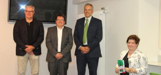 Prof. Dr. Sebastian Melchior, Dr. Hubertus Hess-Grunewald und Dr. Markus Köhl (v.l.) halten sich nicht zufällig die Hand vor den Schritt: Die drei werben für eine Prostata-Untersuchung, so wie auch Dr. Silke Sittner (rechts). Foto: lod