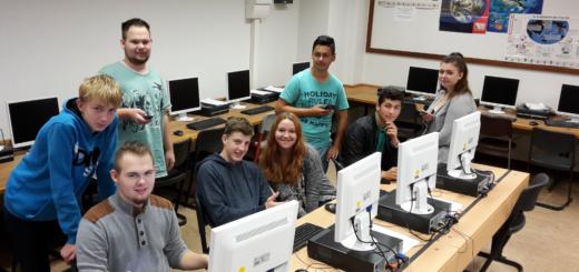 """Acht Jugendliche stecken hinter der Schülerfirma """"E-Service"""" an der Eschhofschule in Lemwerder. Sie wollen Senioren im Bereich digitale Medien schulen. Foto: pv"""