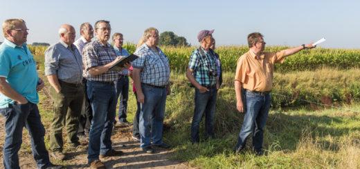 Zusammen mit dem Storchenexperten Udo Hilfers (2. von rechts) hielten die Mitglieder des Orts- und Heimatvereins Ausschau nach geeigneten Nistplätzen.Foto: Meyer