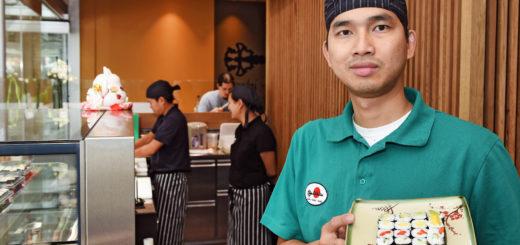 """Huy Danh Ta mit einer Maki-Platte in der """"Kagi Bar"""".Foto: Schlie"""