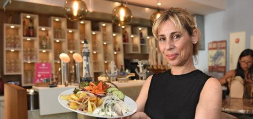 """Anja Schmidt sorgt in der """"Kleinen Braterei"""" für flotten Service. Foto: Schlie"""