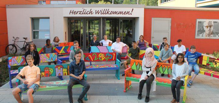 Die Schüler der Wilhelm-Kaisen-Schule schenken ihre bunten Bänke dem Stadtteil. Foto: Niemann