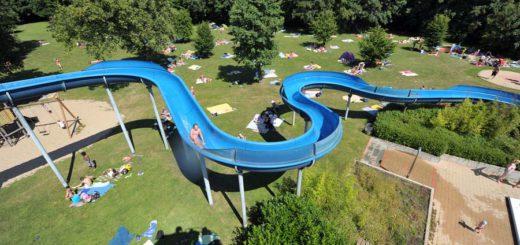 Die Rutsche ist eine der größten Attraktionen des Schloßparkbades. Foto: Schlie