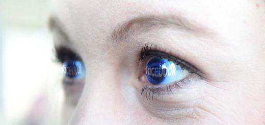Die Facebook-Seite spiegelt sich in den Augen einer Nutzerin. Montage: Schlie