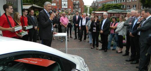 Vor Vertretern der örtlichen Wirtschaft, Politik und Verwaltung eröffnete Osterholz-Scharmbecks Bürgermeister Torsten Rohde als Schirmherr die Klosterholz-Tombola. Foto: Bosse