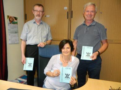 Heinrich Grün (r.) vom Loccumer Kreis übergab 1.300 Euro an Pastor Gert Glaser und Doris Stroncik. Foto: Bosse