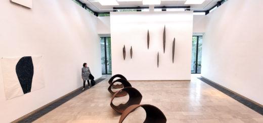"""Das Gerhard-Marcks-Haus war 14 Monate lang für einen Umbau geschlossen. Jetzt eröffnet das Museum für zeitgenössische Bildhauerei in Bremen mit einer Ausstellung von Vincent Barré s """"Géométrie Bâ(s)tarde"""". 15 lebensgroße Plastiken und viele Skulpturen in verschiedenen Materialien sind zu sehen."""