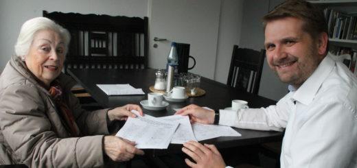 Ethel Schuckenböhmer (l.) überreichte mehr als 1.000 gesammelte Unterschriften an Ortsamtsleiter Florian Boehlke (r.). Foto: Füller