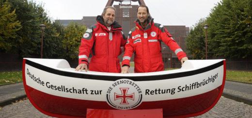 """Seenotretter Rhett Collasius (l.) und """"Bootschafter"""" Markus Knüfken. Foto: DGzRS"""