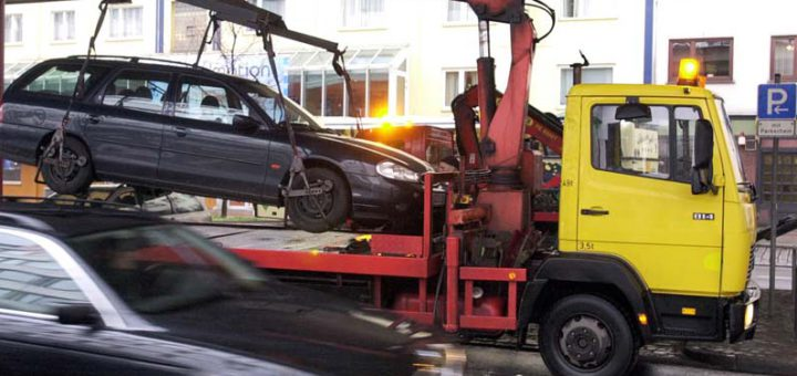 Und abgeschleppt: Ein Falschparker wird am Breitenweg entfernt. Foto: Schlie