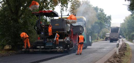 Mit schwerem Gerät wird die Fahrbahnsanierung der B 74 vorangetrieben. Ab kommender Woche soll die Vollsperrung zwischen Teufelsmoorstraße und Oldenbütteler Straße aufgehoben werden können. Foto: Möller