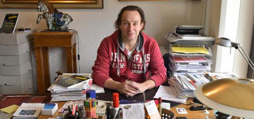 """Kreatives Chaos: An diesem Schreibtisch schrieb Thor Möller an seinem Roman """"Drei Leichen in der Delme"""". Foto: Konczak"""